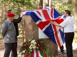 OB Weigel enthüllte den Gedenkstein im Ordenswald. (Foto: Stadtverwaltung Neustadt)