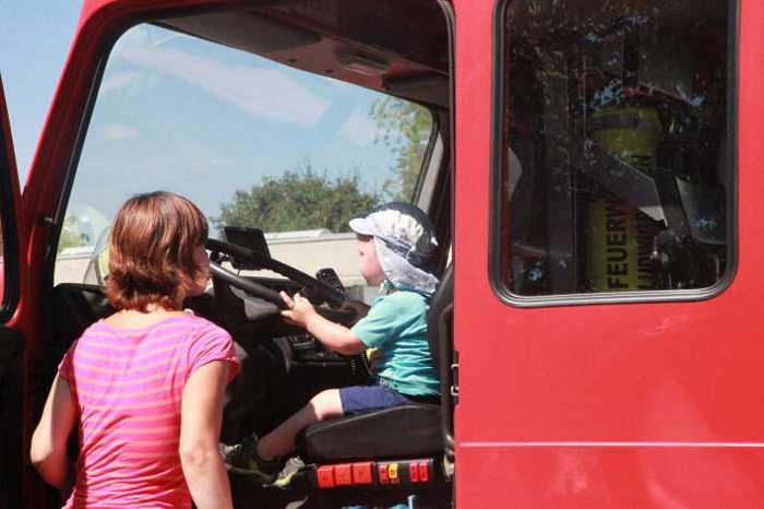 Der Kleine hatte großen Spass und staunte - Ein Feuerwehrauto von Innen