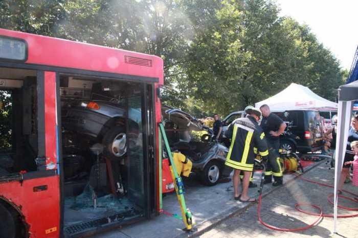 Szenario - Schwerer Unfall - PKW kracht in Bus