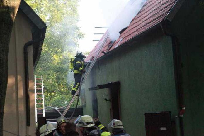 Hausbrand in Ludwigshafen-Edigheim - Feuerwehr im Einsatz
