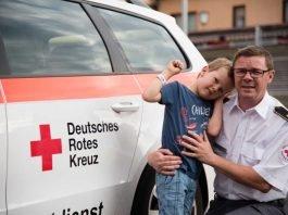 Rotkreuzsanitäter mit Kind