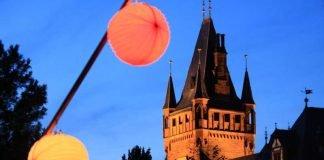 Im Schlosspark der illuminierte Turm (Foto: Stadt Weinheim)