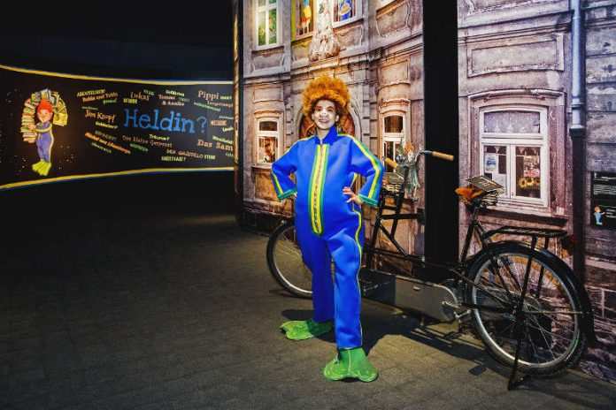 Im Historischen Museum der Pfalz ist das Sams zu Gast und präsentiert als neu eingetroffenes Ausstellungsexponat das Tandem von Herrn Taschenbier. (Foto: Historisches Museum der Pfalz Speyer/Carolin Breckle)