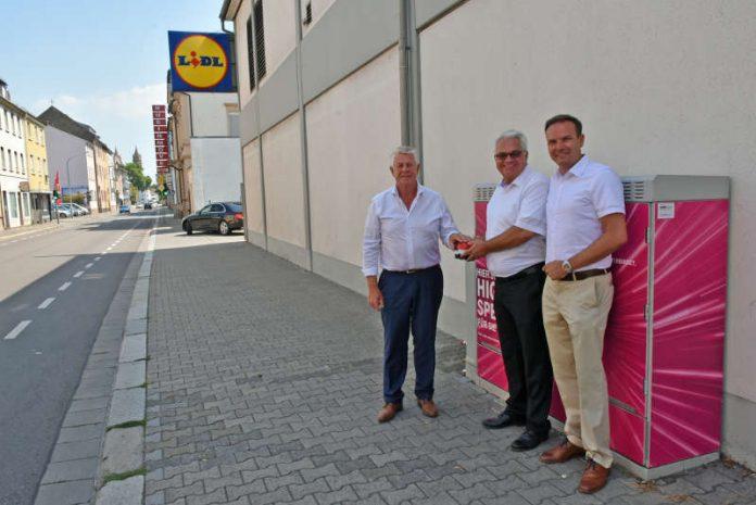 Oberbürgermeister Michael Kissel (im Bild links), Gerd Schäfer, Regionalmanager der Deutschen Telekom (Mitte), und Internetbeauftragter Daniel Körbel gaben nun in der Alzeyer Straße den Startschuss. (Foto: Stadtverwaltung Worms)