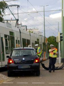 Beim Abbiegen kollidierte der Fahrer des PKW mit der Straßenbahn zusammen - Foto: tobi