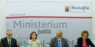 Das Foto zeigt v.l.n.r.: Stefan Thum, Dr. Elisabeth Volk, Justizminister Herbert Mertin und Angelika Feils (Foto: Ministerium der Justiz RLP)