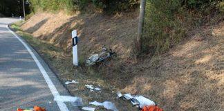 Der Fahrer und sein sportliches Fahrrad stürzten in den relativ flachen Straßengraben neben der Straße.