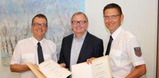 Zwei neue Leitende Notärzte unterstützen das bestehende Team: Landrat Ernst Walter Görisch (Mitte) verpflichtete Karl Ernst Matthias Fischer (l.) und Alexander Frohmajer. (Foto: Simone Stier)