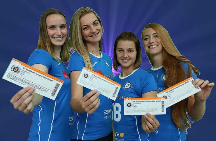 Die VCW-Spielerinnen präsentieren die Tagestickets zur neuen Saison (Foto: Peter Busch)q