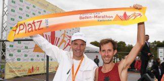 Vorstandsmitglied Carsten Pfläging mit dem Marathon-Sieger Simon Stützel (Foto: Uli Deck)