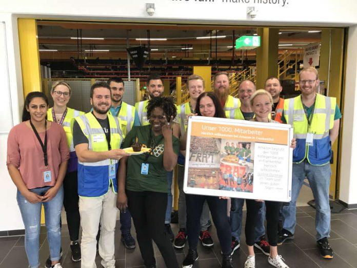 Standortleiter Johannes Weingärtner (Dritter von links) begrüßt mit seinem Team die 1000. Mitarbeiterin Justine Domkwe (im grünen T-Shirt) (Foto: AMAZON)