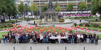 Die neuen Auszubildenden, die ihre Wünsche an die Ausbildung bei der Stadt auf Kärtchen geschrieben haben, die sie - befestigt an roten Luftballons - in den Mannheimer Himmel steigen lassen. (Foto: Stadt Mannheim/Thomas Tröster)