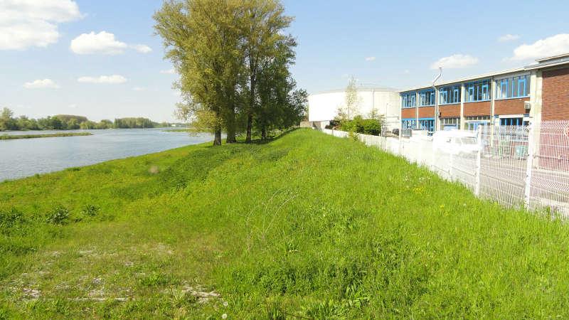 Der Rheinhochwasserdamm XXV (RDK) am Rheinhafen-Dampfkraftwerk (Foto: Regierungspräsidium Karlsruhe)