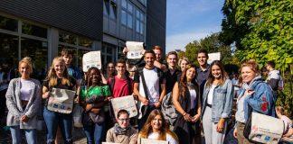 """Ein kleiner Teil der Studienanfängerinnen und -anfänger"""" mit ihren """"Ersti-Bags"""" im Anschluss an die Erstsemesterbegrüßung (Foto: HS LU)"""