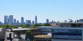 Ausschnitt von Campus und Skyline am Tag (Foto: Kevin Rupp / Frankfurt UAS)