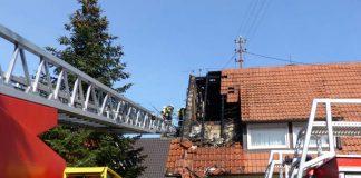 Der Brand fraß sich in den angrenzenden Dachstuhl (Foto: Feuerwehr Neustadt)