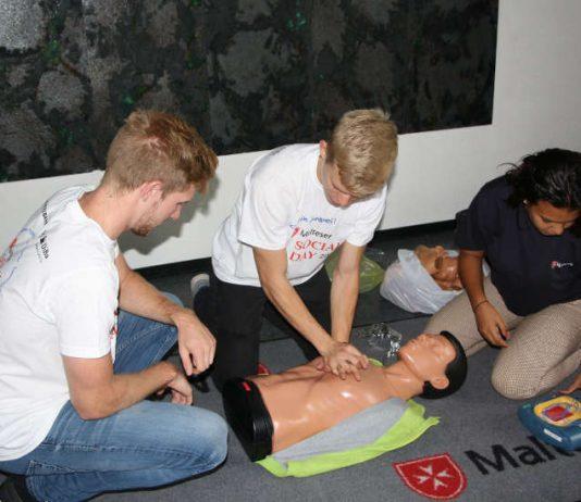 Mit Teamwork zum Ziel – In gemischten Teams aus Azubis der Stadtwerke und Malteser Schulsanitätern wurde für den Ernstfall trainiert. (Foto: MHD Speyer)