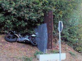 Das Motorrad endet am Stein