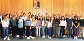 Diese jungen Menschen begrüßten Landrat Stefan Dallinger (l.) und Personalrat Joachim Geiss (r.) am Montag, 3. September, zum Start ins Berufsleben. Auch der Leiter des Haupt- und Personalamts, Ulrich Bäuerlein (4. v. r.) sowie Ausbildungsleiter Thomas Böbel (2. v. l.) hießen die neuen Azubis im großen Sitzungssaal des Landratsamtes in Heidelberg herzlich willkommen. (Foto: Landratsamt Rhein-Neckar-Kreis)