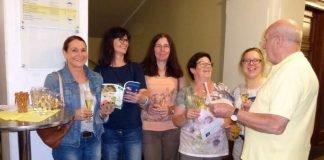 Nach einem Schluck Sekt gehen die Teilnehmerinnen gut gelaunt zu ihrem Nähkurs. (Foto: Stadtverwaltung Neustadt)
