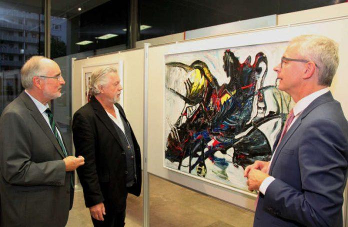 Landrat Dr. Christoph Schnaudigel, Dietmar Israel und Oberbürgermeister a.D. Klaus Demal beim Rundgang durch die Ausstellung. (Foto: Landratsamt Karlsruhe)