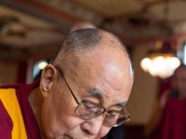 Der Dalai Lama trug sich am 20. September in das Goldene Buch der Stadt Heidelberg ein. (Foto: Diemer/Schemel)