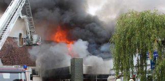 Am Donnerstag sind bei einem Feuer in der Werkstatthalle einer Autoverwertung drei Wohnhäuser in Mitleidenschaft gezogen worden.