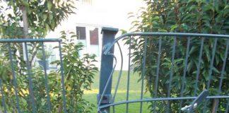 Der Stahlzaun wurde erheblich beschädigt.. Hinweise an die Polizei in Landau