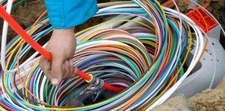 """Deutsche Glasfaser legt pure, kupferfreie Glasfaser bis in jede Wohnung. Vom lokalen """"POP"""" (Point of Presence) wird jede Wohnung und jedes Büro mit gesonderten Fasern versorgt. Die farbige Ummantelung erleichtert die Orientierung bei der Verlegung. (Foto: Deutsche Glasfaser / Martin Wissen)"""