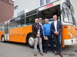 Reinhold Sturny (2. Vorsitzender Oldiebus-Club Wiesbaden), Jörg Gerhard (ESWE Verkehr-Geschäftsführer), Rudi Thoma (Chef-Restaurator des Oldie-Busses), Christian Weger (Schriftführer Oldiebus-Club Wiesbaden) Foto: Detlef Gottwald