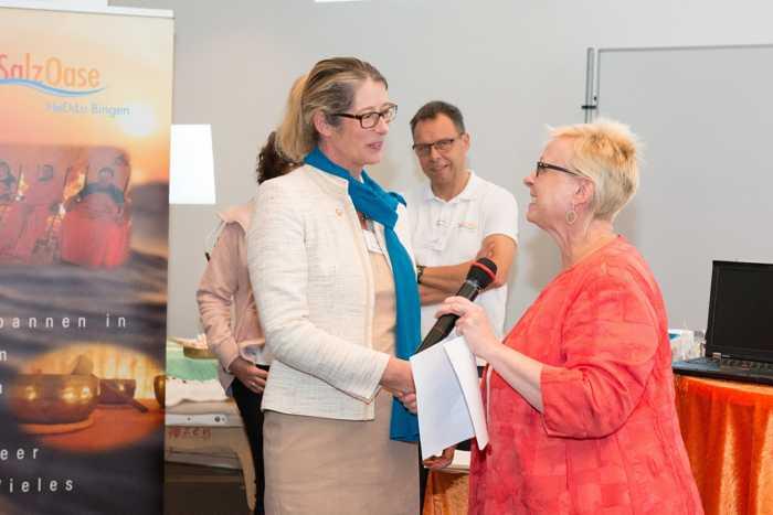 Landrätin Dorothea Schäfer gratuliert Manuela Hansel zu ihrer Wahl als Bundessprecherin der Gleichstellungsbeauftragten. Foto: Barbara Melzer