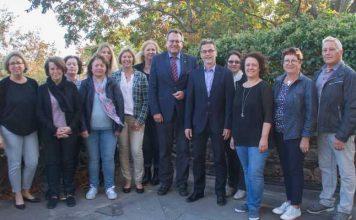 Oberbürgermeister Thomas Feser (6. v. re.) dankt René Nohr (5. v. re.) im Beisein von Kollegen und Weggefährten des VHS-Leiters für die gute Zusammenarbeit mit der Stadt Bingen.