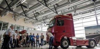 Frisch von der IAA: Die BKF-Auszubildenden erfahren beim TruckTraining etwas über Innovationen in Effizienz, Sicherheit und Assistenzsysteme, Konnektivität und automatisiertes Fahren. Hier wird der Neue Actros erklärt, der als erster Serien-Lkw mit MirrorCam statt Außenspiegeln ausgestattet ist.