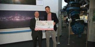 Kai Kemper, Vorstandsmitglied der Mannheimer Runde, (rechts) überreicht Dr. Christian Theis, dem Direktor des Planetarium Mannheim, einen Spendenscheck in Höhe von 5.000 €. Bildnachweis: Planetarium Mannheim