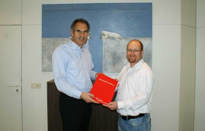 Landrat Dietmar Seefeldt übergibt die Spende an den Vereinsvorsitzenden Stefan Steigner.