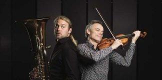 """Die Gegensätzlichkeit des Klangs lassen das Konzert """"Stradihumpa"""" mit Andreas Martin Hofmeir (Tuba) und Benjamin Schmid (Violine) zu einem Erlebnis werden. (Foto: Wolfgang Lienbacher)"""