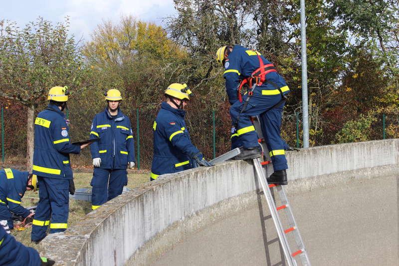 Ein THW Helfer dringt über eine Leiter zum Verletzten vor. (Foto: THW Speyer)