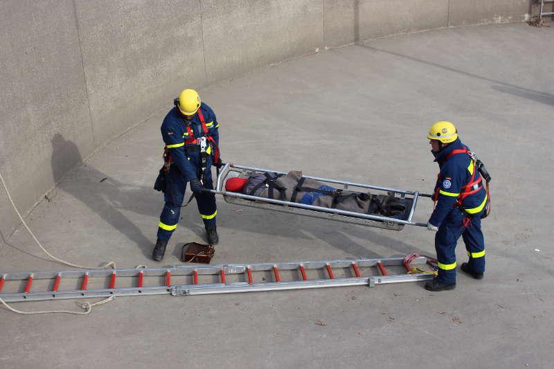 Der Verletzte im Schleifkorb wird für die Rettung mit dem Leiterhebel vorbereitet (Foto: THW Speyer)