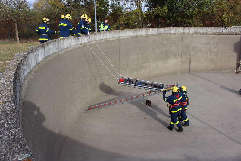 Die Rettung mittels Leiterhebel beginnt. (Foto: THW Speyer)