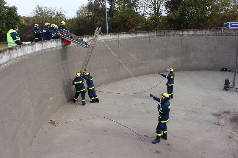 Die Rettungspuppe wird mittels eines Leiterhebels aus dem Becken nach oben geholt (Foto: THW Speyer)
