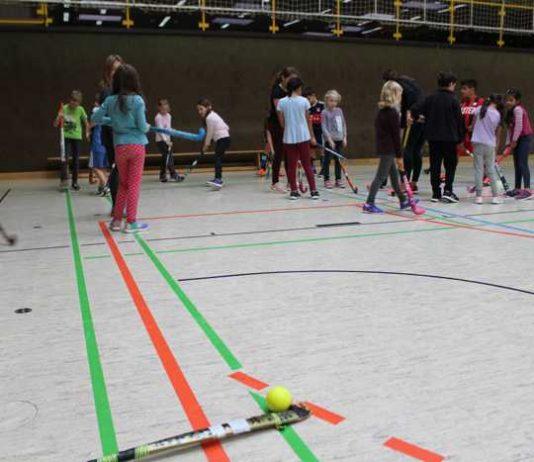 Kinder in der Weststadthalle beim Hockey-Training mit der DJK-SSG Bensheim