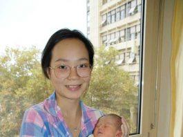 Jun Wang mit ihrer kleinen Tochter Carla