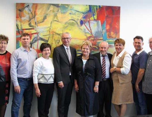 Landrat Dr. Christoph Schnaudigel (4.v.l.) tauschte sich mit einer Delegation aus Gatschina aus, der neben Landrätin Elena Ljubuschkina (Bildmitte) und ihrem Stellvertreter auch Leiter von Einrichtungen der Behindertenhilfe und Kliniken angehörten.