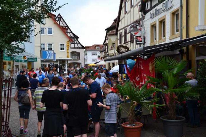 Bis zum Spielbeginn hat das Fußball-Fanfest auf der Bahnhofstraße geöffnet.