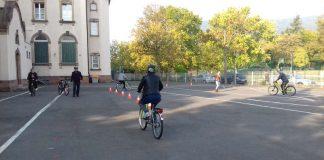 Obwohl einige Frauen zum ersten Mal auf einem Fahrrad sitzen, üben sie mutig und begeistert bremsen, schalten und abbiegen. (Foto: Stadtverwaltung Neustadt)