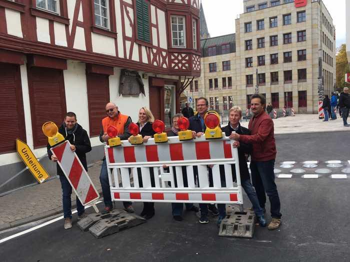 Seit Dienstag kann der Verkehr wieder durch die Rossstraße am Kornmarkt rollen – wenn auch in Schrittgeschwindigkeit.