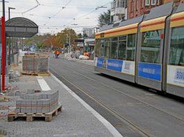 Einen Qualitätsgewinn für alle Fahrgäste bedeutet der barrierefreie Umbau der Haltestelle Hauptfriedhof in der Haid-und-Neu-Straße. Derzeit laufen noch die Restarbeiten bis zur offiziellen Inbetriebnahme am 30. Oktober (Foto: VBK)
