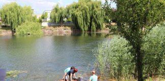 Expertenteam der Universität Koblenz-Landau nehmen Wasserproben (Foto: Stadt Speyer)