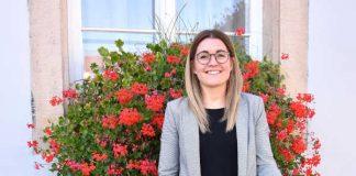 Angelina Wind, Leiterin des städtischen Bürgerbüros, mit einer Auswahl der Fundsachen, die vom 8. bis zum 20. Oktober online versteigert werden. (Foto: Stadt Landau in der Pfalz)