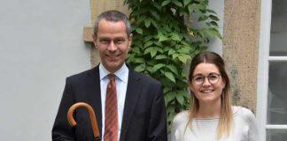 Bürgermeister Dr. Maximilian Ingenthron und Angelina Wind, Leiterin des Bürgerbüros, mit einer Auswahl der Artikel, die bei der jüngsten Online-Versteigerung der Stadt Landau die Besitzerin bzw. den Besitzer gewechselt haben. Quelle: Stadt Landau in der Pfalz